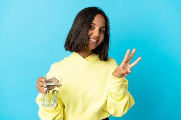 幸せな青に水と指で3を数えて若いアジアの女性
