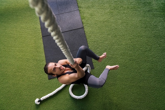 ロープを登る若いアスリートの筋力トレーニング