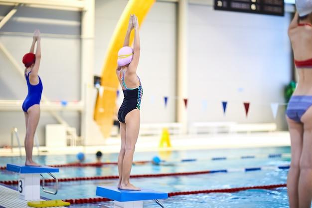 Юные спортсмены на соревнованиях по плаванию