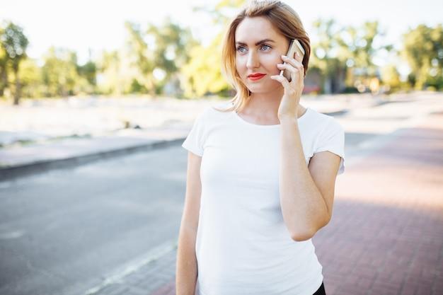 運動少女、かわいい笑顔、電話で話して