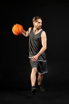 バスケットボールを持った運動の若い男