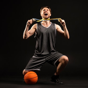 Юный атлетичный баскетболист
