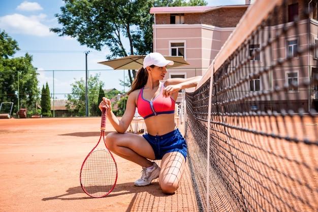 テニスコートの若い運動選手