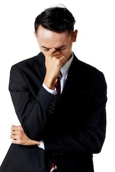 흰색 셔츠와 넥타이가 달린 검은 양복을 입은 젊은 매력적인 아시아 사업가는 실망하고 스트레스를 받고 있습니다. 흰 바탕. 외딴