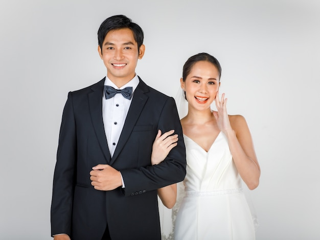 젊은 매력적인 아시아 부부, 신부 및 신랑, 흰색 웨딩 드레스를 입고 여자.