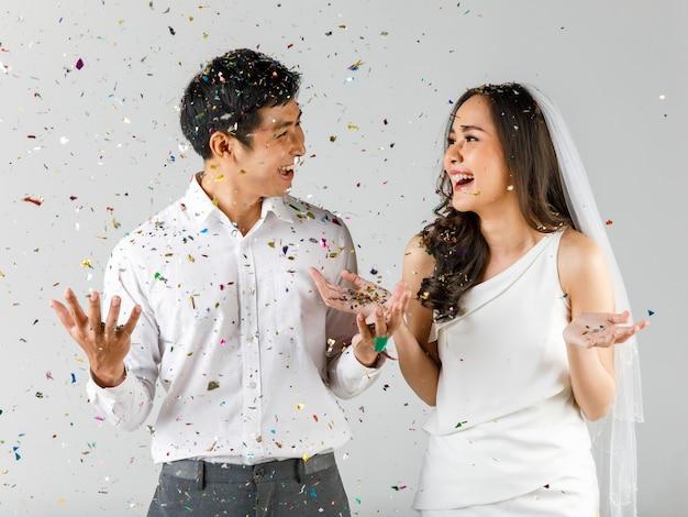Молодая привлекательная азиатская пара, мужчина в белой рубашке, женщина в белом платье с свадебной вуалью, вместе празднуя. концепция предсвадебной фотографии.