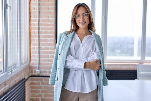 オフィスワークショップでの就職の面接で良い気分で若い魅力的な美しい幸せな実業家