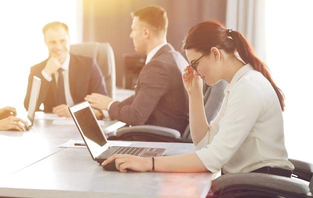 그녀의 전략을 개발하는 사무실에서 일하는 젊은 매력적인 비즈니스 우먼