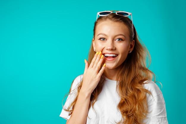 Молодая привлекательная веселая девушка смеется от радости крупным планом