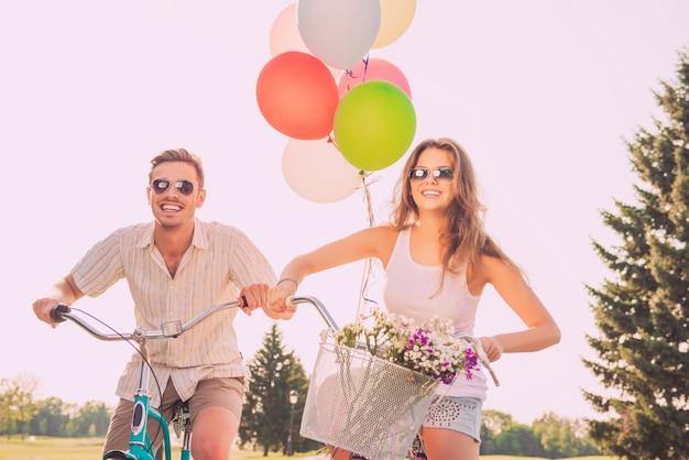 풍선 자전거를 타고 안경에 젊은 매력적인 부부