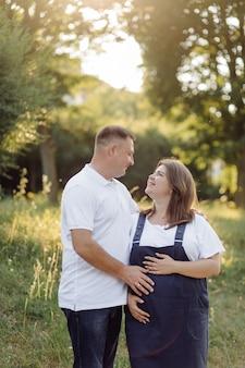 Молодая привлекательная пара беременная мать и счастливый отец