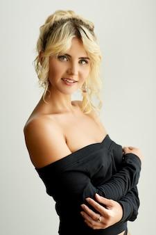 속옷에 포즈를 취하는 젊은 매력적인 여성 모델