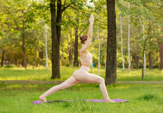 Молодая привлекательная женщина упражнениями спорт и отдых