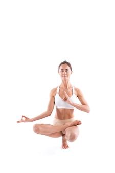 Молодая привлекательная девушка упражнениями йоги, изолированные на белом фоне. упражнение control balance, студия во всю длину.