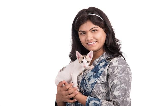 Молодая привлекательная девушка с кошкой