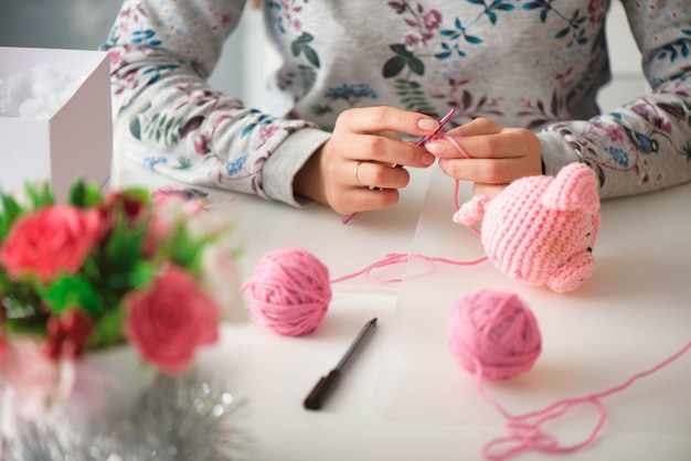 뜨개질 수업에서 젊은 매력적인 여자