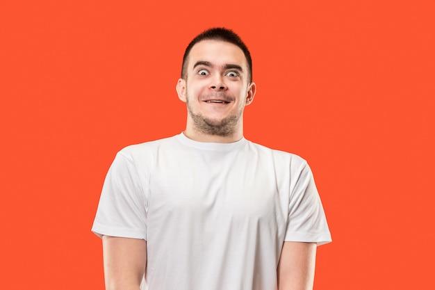 Il giovane uomo attraente che sembra sorpreso