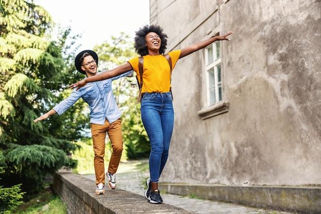 アウトドアを楽しんでいる若い魅力的な多民族のカップル。