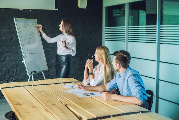 사무실에서 비즈니스 교육을받는 젊고 매력적인 전문가
