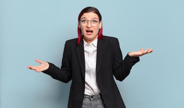 非常にショックと驚き、不安とパニックを感じている若い魅力的な赤毛の女性