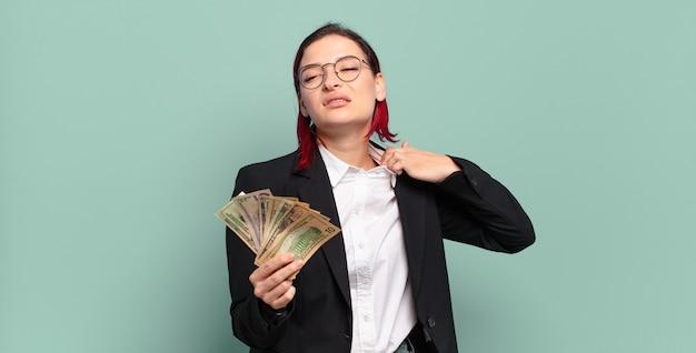 젊은 매력적인 빨간 머리 여자는 스트레스, 불안, 피곤하고 좌절감을 느끼고 셔츠 목을 당기고 문제로 좌절감을 느낍니다. 돈 개념