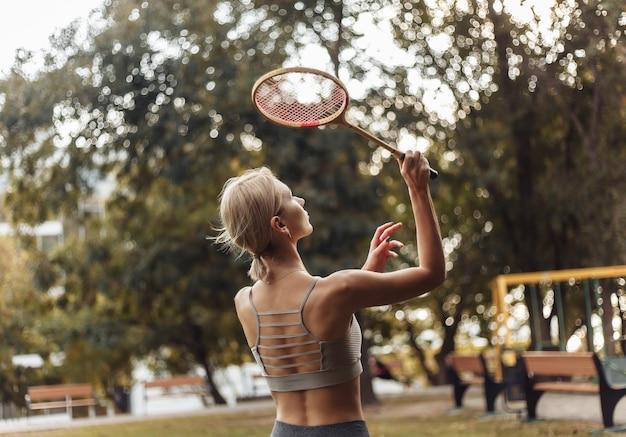 공원에서 배드민턴 젊은 매력적인 스포츠 여자