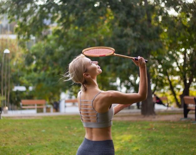 젊은 매력적인 스포츠 여자 배드민턴