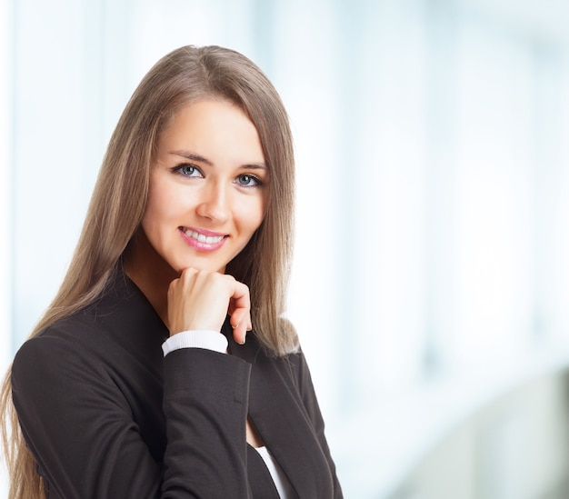 Молодая, привлекательная, успешная деловая женщина, уверенно смотрящая в будущее.