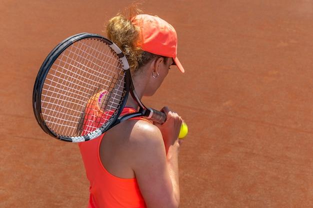 법원에 젊은 매력적인 테니스 선수