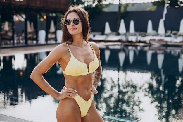 Giovane donna attraente in piscina