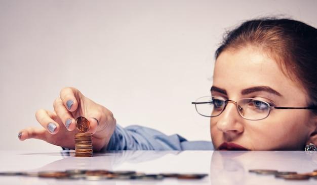 Молодая привлекательная женщина, считающая свои сбережения