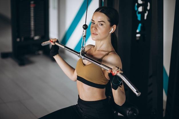 체육관에서 운동하는 젊은 매력적인 여자