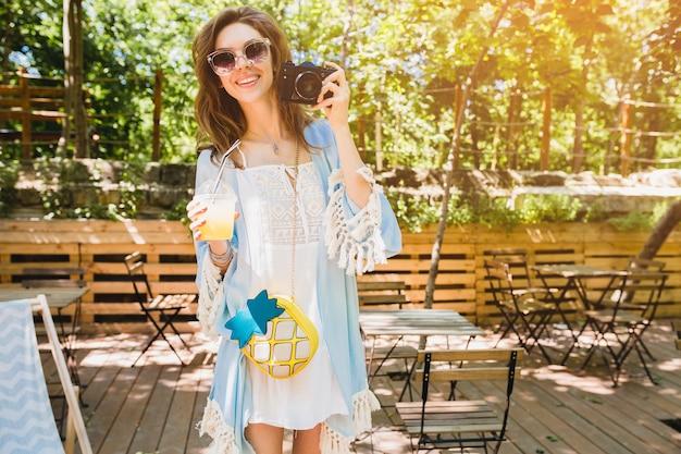 Молодая привлекательная женщина в летнем модном наряде