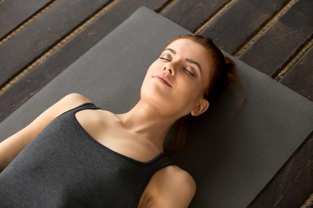 시체 운동에 누워있는 젊은 매력적인 여자