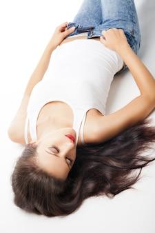 스튜디오 바닥에 누워 있는 매력적인 젊은 여자