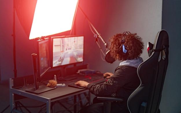 ビデオゲームをプレイする若い魅力的な女性