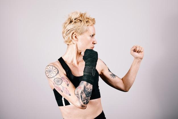 Молодая привлекательная женщина, показывающая движение бокса