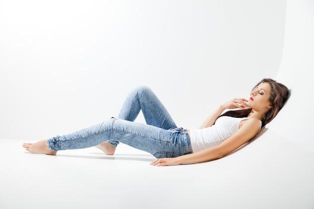 스튜디오 바닥에 siting 젊은 매력적인 여자