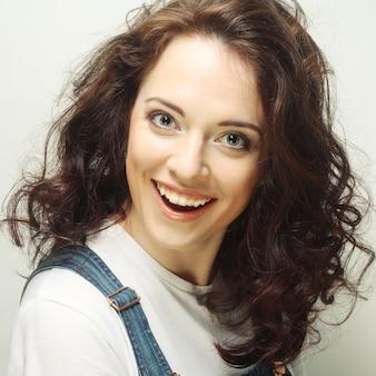 Молодая привлекательная женщина - улыбка и счастливая