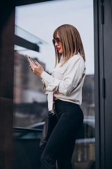 電話で話している若い魅力的な女性 無料写真