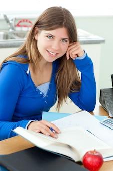 공부하는 젊은 attrative 소녀