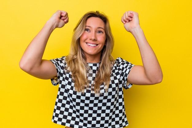 勝利、情熱と熱意、幸せな表現を祝って孤立した若いオーストラリア人女性。