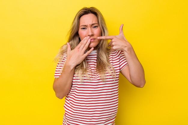 강한 치아 통증, 어금니 통증을 가지고 고립된 젊은 호주 여성.