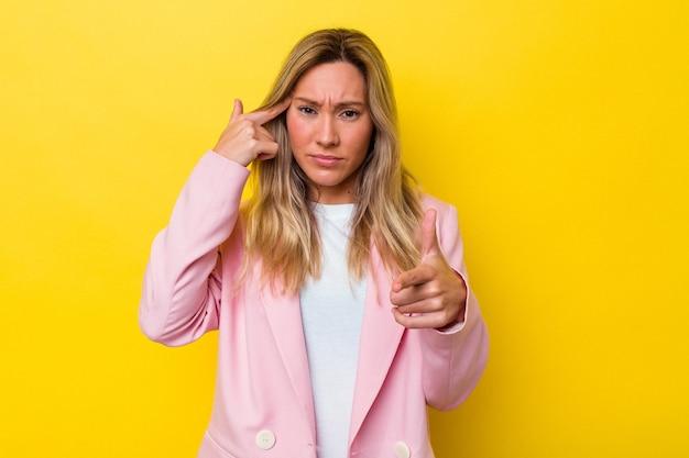 Изолированная молодая австралийская женщина показывает жест разочарования указательным пальцем.