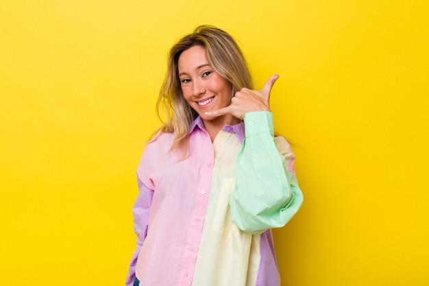指で携帯電話の呼び出しジェスチャーを示して孤立した若いオーストラリア人女性。
