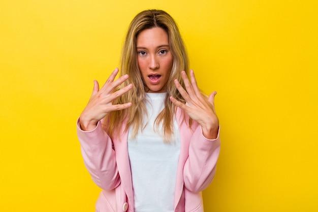 孤立した若いオーストラリア人女性が手で10番を示しています。