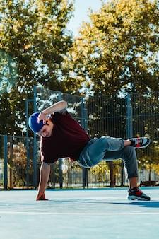 젊은 b 소년 춤과 농구 코트에서 포즈