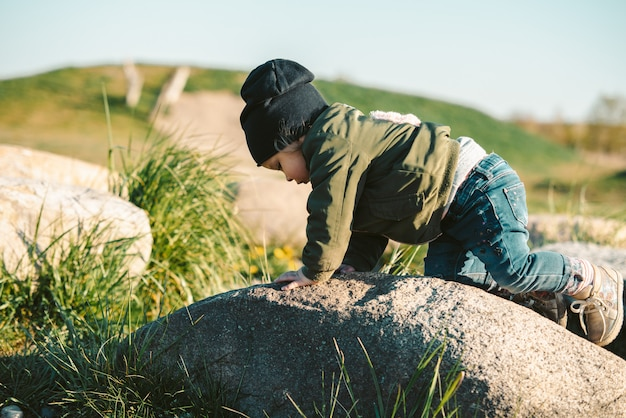 岩の上に登って若い女の赤ちゃん