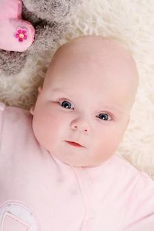 床の上の若い赤ちゃん