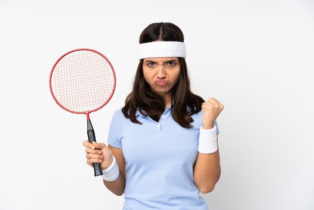 怒っているジェスチャーで孤立した白の若いバドミントン選手の女性